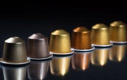 Стручки кофе эспрессо изолированные на черной предпосылке, взгляде с деталями, знамени крупного плана Стоковые Изображения RF