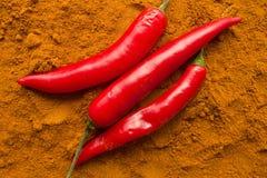 Стручки перца Chili на взгляд сверху порошка chili Стоковое фото RF