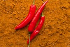 Стручки перца Chili на взгляд сверху порошка chili Стоковое Изображение