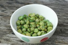 Стручковая фасоль осеменяет испеченный зеленый цвет в белой чашке стоковые фотографии rf