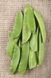 Стручок гороха на коричневой ткани джута Стоковые Фотографии RF