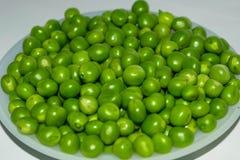 Стручок зеленого гороха, зеленые горохи в белом шаре стоковые фотографии rf