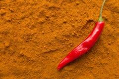 Стручок перца Chili на взгляд сверху порошка chili Стоковое Фото