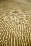 струят пляжем, котор заход солнца песка Стоковое Изображение