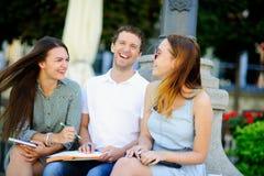 3 студента подготавливают для экзаменов Стоковые Фото