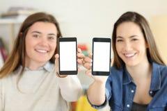 2 студента показывая умный экран телефонов Стоковые Фотографии RF