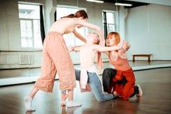 2 студента сконцентрированных школы танцев и их чувства учителя стоковая фотография rf
