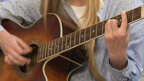 Студентка играя песню петь гитары, развлечения молодости, молодой композитор видеоматериал