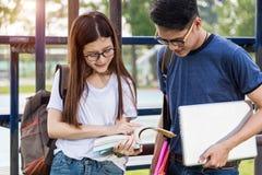 Студентки женщины и человека или мужчины образования обсуждают Стоковые Фото