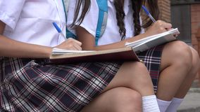 Студентки писать примечания Стоковые Фотографии RF
