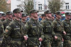 Студенты военной средней школы маршируют на военный парад стоковые изображения rf