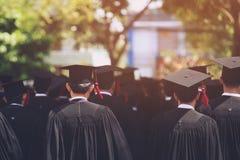 Студенты градуируют в университете для того чтобы быть национальным и социально приемлемы стоковые фото