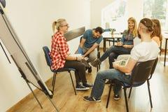 Студенты группы людей работая совместно Стоковые Изображения RF