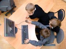 Студенты играют компютерную игру Стоковые Фото