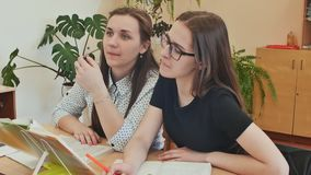 Студенты изучают в классе на столе школы видеоматериал