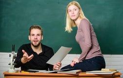 Студенты изучают перед экзаменом ertificate доказывает успешно сданный вступительный экзамен университета Студенты в классе стоковые изображения rf