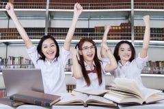 Студенты имея групповую встречу в библиотеке стоковое изображение