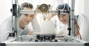 Студенты инженерства используя принтер 3D в лаборатории стоковое фото