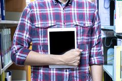 Студенты используют технологию для обнаружения книг прочитать внутри библиотеку o стоковые изображения rf