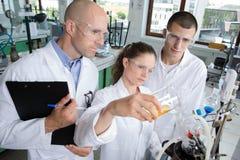 Студенты и учитель в курсе подготовки биологии стоковые фотографии rf