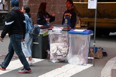 Студенты колледжа были увидены на ярмарке улицы убеждающся что люди положили их погань в правильные штепсельные розетки погани дл стоковое фото