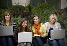 студенты компьтер-книжек коллежа стоковые изображения rf