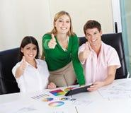 Студенты конструкции держа большие пальцы руки вверх Стоковая Фотография RF