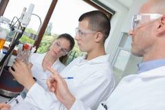 Студенты науки во время курса с учителем стоковое изображение rf