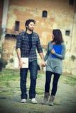 студенты пар счастливые молодые стоковые изображения