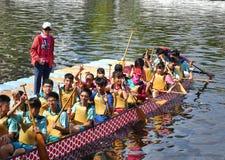 Студенты подготавливают для состязаний по гребле дракона Стоковое Фото