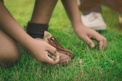 Студенты помогают вытянуть вне пользуются weedsand для того чтобы держать сухие листья на поле для того чтобы сбросить отход школ стоковое изображение