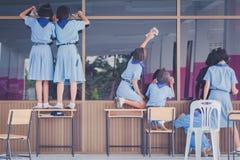 Студенты помогают обтереть стекло стоковая фотография