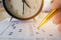Студенты принимая оптически форму унифицированных экзаменов приближают к cl сигнала тревоги Стоковое Изображение RF