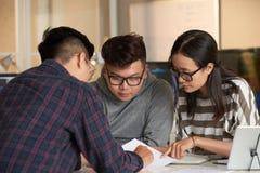 Студенты работая на проекте Стоковые Фотографии RF