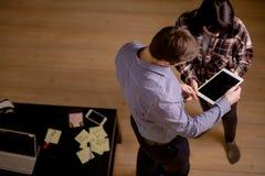 Студенты соединяют подготавливать для экзаменов Взгляд сверху стоковые фото