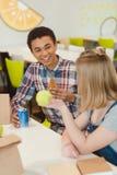 студенты средней школы беседуя во время обеда стоковое изображение