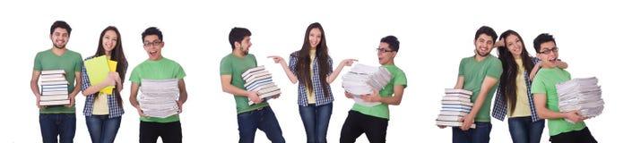 Студенты с книгами изолированными на белизне стоковые фотографии rf