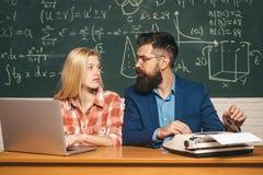 Студенты уважений учителя Концепция науки и образования Гувернер Бородатый гувернер помогая его студенту r стоковая фотография rf