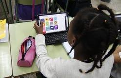Студенты уча опасности и хорошие применения интернета и социальных сетей Стоковое Изображение