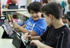 Студенты уча опасности и хорошие применения интернета и социальных сетей Стоковые Изображения RF