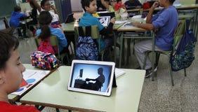 Студенты уча опасности и хорошие применения интернета и социальных сетей Стоковое Фото