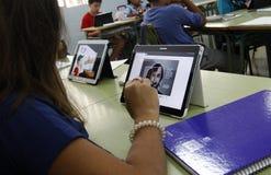 Студенты уча опасности и хорошие применения интернета и социальных сетей Стоковые Фотографии RF