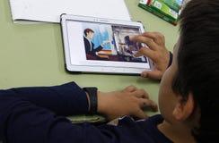 Студенты уча опасности и хорошие применения интернета и социальных сетей Стоковая Фотография RF