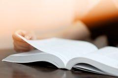 Студенты читают учебники в школьной библиотеке стоковые фотографии rf