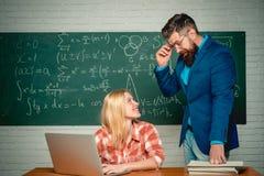 Студент болвана смешной подготавливая для экзаменов университета Концепция знания образования кампуса студентов Бородатый помогат стоковые изображения rf