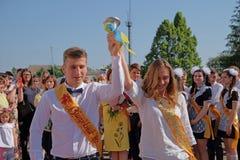 Студент-выпускники с колоколом в руках стоковые изображения rf