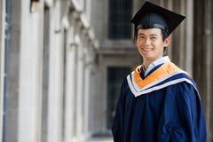 Студент-выпускник в прихожей стоковое изображение