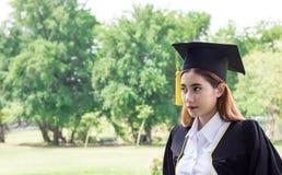 Студент-выпускник в саде Стоковые Изображения RF