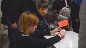 Студент девушки конструирует домодельные автомобили маленькой модели видеоматериал