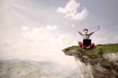 Студент девушки преуспевает на высокой горе Стоковое Фото